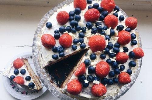 witte chocolade taart met frambozengelei en rood fruit