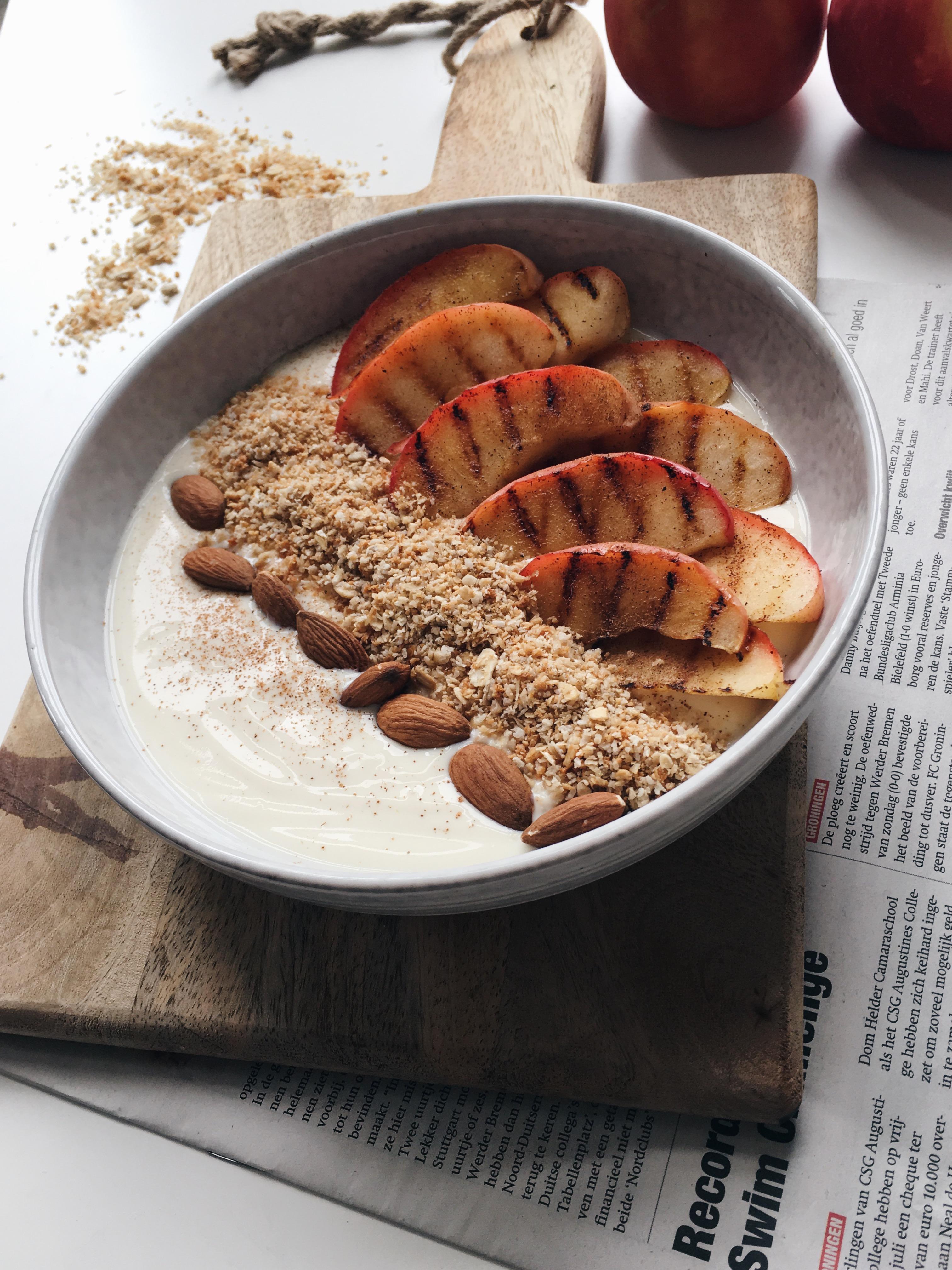 kokosyoghurt met gegrilde appeltjes en granola
